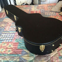 DELUXE GUITAR CASE FOR A JUMBO ACCOUSTIC