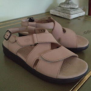 NEW SAS Real Leather Sandals Size 7 (retail $229 + tax)