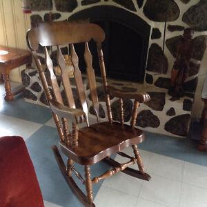 Chaise berçante en bois d'érable vernis massif