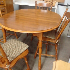 Dining Table w/ Leaf & 4 Chairs Kitchener / Waterloo Kitchener Area image 2