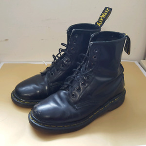 DR MARTENS 1460 CLASSIC  8 EYE BOOTS    ( Womens 6.5 )
