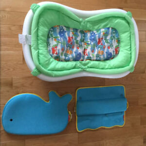 Infant bathtub with insert + whale arm rest and knee pad