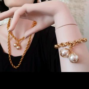 Vintage necklace and bracelet costume jewelry set.
