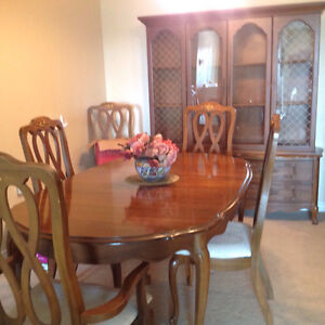 Table chairs and hutch in perfect condition Cambridge Kitchener Area image 1