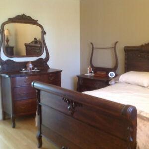 Magnifique mobilier de chambre antique en chêne