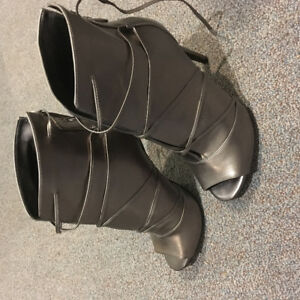 GUESS open toe booties in size 7, never worn. New!