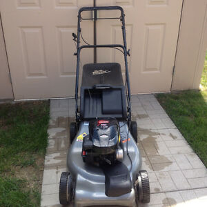 """21"""" CRAFTSMAN GAS SELF PROPELLED LAWN MOWER WITH BAG"""