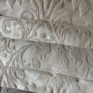 Bed coverlet (or bedspread)