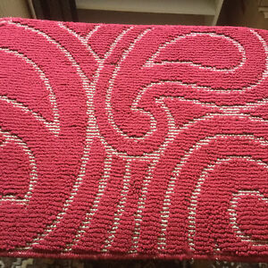 Small accent rug. (NEW)