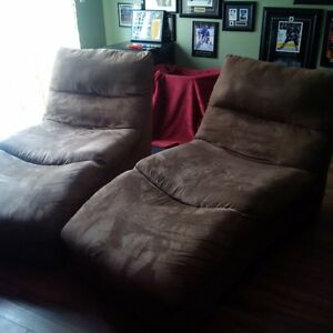 2 COMFORTABLE LUXURY LOUNGE CHAIRS