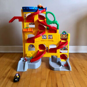 Car track / garage. Comes with 2 cars