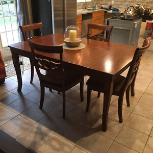 Stylish and durable 5 piece dining set with extension leaf