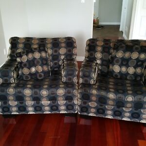 2 armchairs with pillows