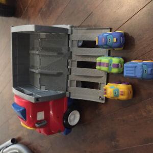Camion jouet CARS qui fait du bruit et 4 autos