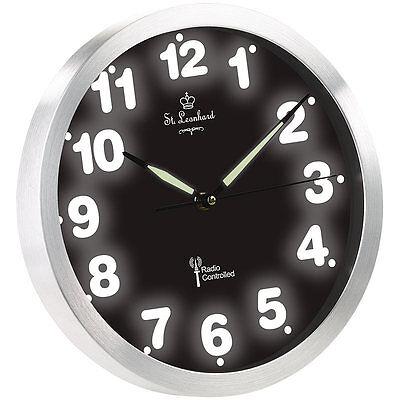 Beleuchtete Uhr: Funk-Wanduhr mit weißer LED-Zifferbeleuchtung und Quarz-Uhrwerk