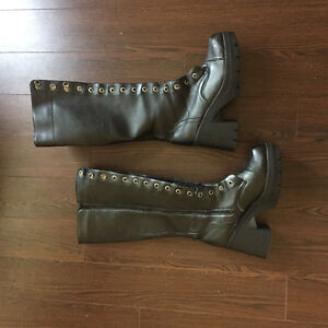 Sexy black Boots barely used needs shoelaces