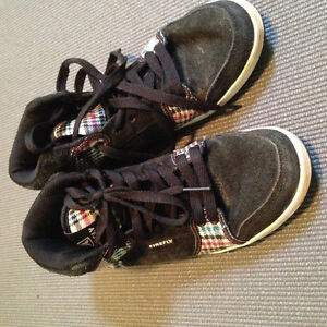 Size 4 firefly shoes. Excellent condition. Hardly worn Windsor Region Ontario image 3