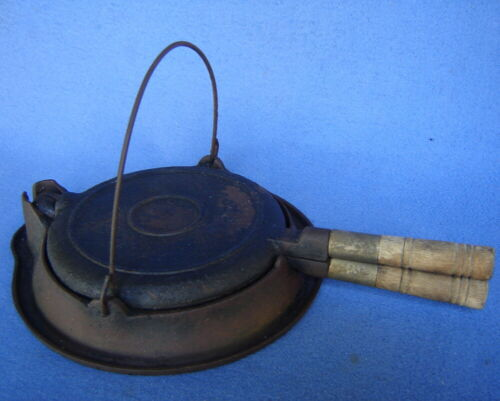 ANTIQUE WAGNER #7 SIDNEY -0- ROUND CAST IRON WAFFLE MAKER & STOVE TOP BASE RING