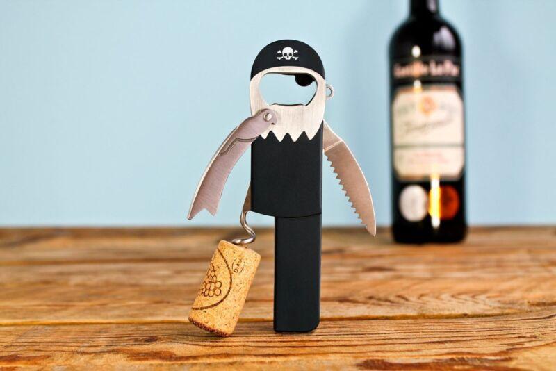 Arrrrr! Dieser wagemutige Helfer macht vor keiner Flasche halt!