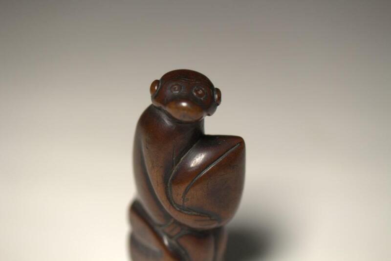 Antique Netsuke wooden boxwood monkey peach Japanese NW118