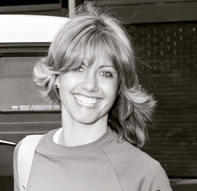 OLIVIA NEWTON JOHN - INCREDIBLE SMILE !!!
