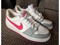 WOMENS NIKE TRAINERS SIZE 6 BRAND NEW
