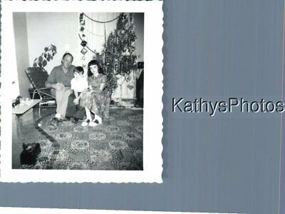 FOUND B&W PHOTO K_7146 XMAS DAD TWO KIDS TRAIN SET