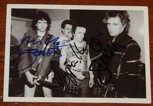 THE-CLASH-BACKSTAGE-HAND-SIGNED-BOB-GRUEN-PUNK-POSTCARD-SIMONON-HEADON-JONES