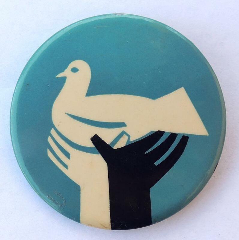"Anti-Vietnam War PEACE DOVE in 2 B&W Hands 2 1/2"" Cause Pinback Button Vintage"
