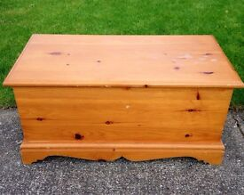 SOLID PINE TOY / BLANKET BOX