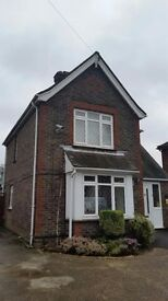 WOW!! Grand Detached House - Central Crawley (Perfect for Gatwick!!)