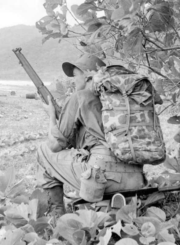 WWII B&W Photo Australian Infantryman in New Guinea SMLE ANZAC WW2 / 1279