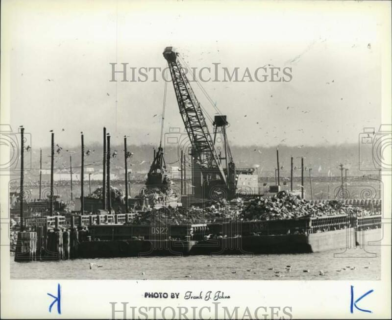 1987 Press Photo A crane transferring garbage from barges - sia11301