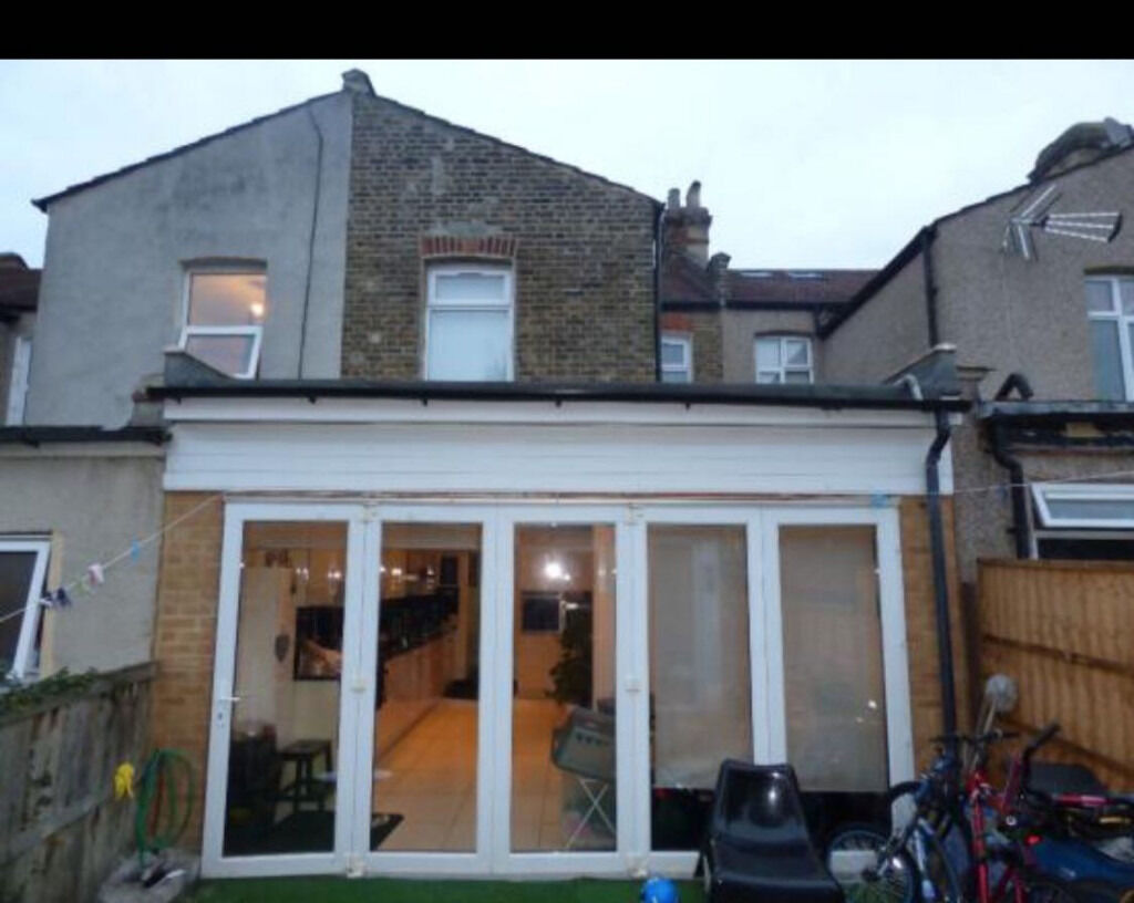 Beautiful 3 bedroom house with 2 bathroom for rent next to barking station-Dss Welcome