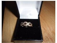 Gorgeous vintage infinity gold and diamond ring