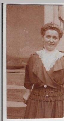 (F25385) Orig. Foto junge Frau an einem Gebäude 1920er