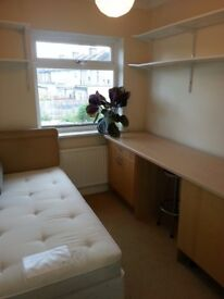 Single room to share large house, back Garden, kitchen and 3 toilets! 5min walk to Morden Centre!