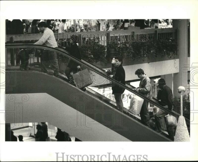 1990 Press Photo Shoppers on escalator at the Staten Island Mall - sia15012