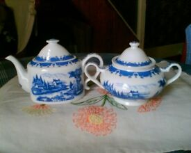 WELSH DRESSER CHINA/ORNAMENTS - BLUE & WHITE TEAPOT & MATCHING SUGAR BOWL - REGENCY FINE ARTS