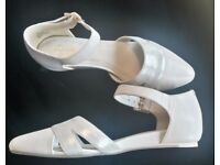 (NEW WITH BOX) LOVELY LEATHER CLARKS CREAM & MUTED GOLD WEDDING/SPECIAL OCCASION SHOES SIZE 3.5