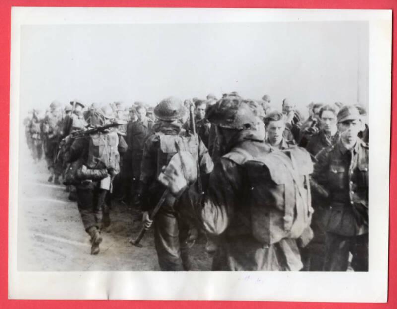 1945 Scottish Troops Advance Past German POWs Rhine River Original News Photo