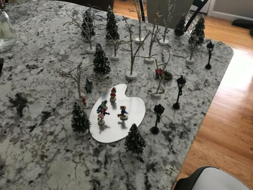 LOT 28 CHRISTMAS VILLAGE ACCESSORIES SKATING POND TREES LAMP POST WREATH PEOPLE