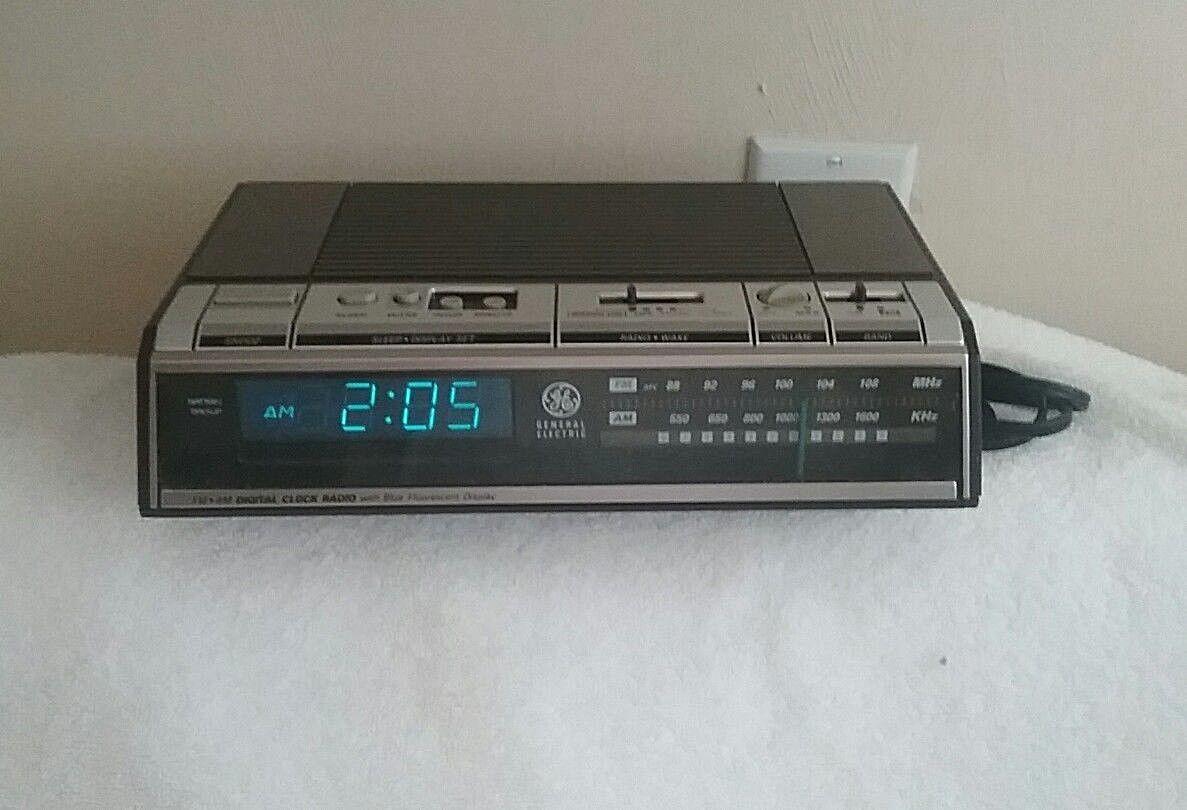 VINTAGE GE 1980's Model No 7-4646A AM FM Digital Blue Display Alarm Clock Radio
