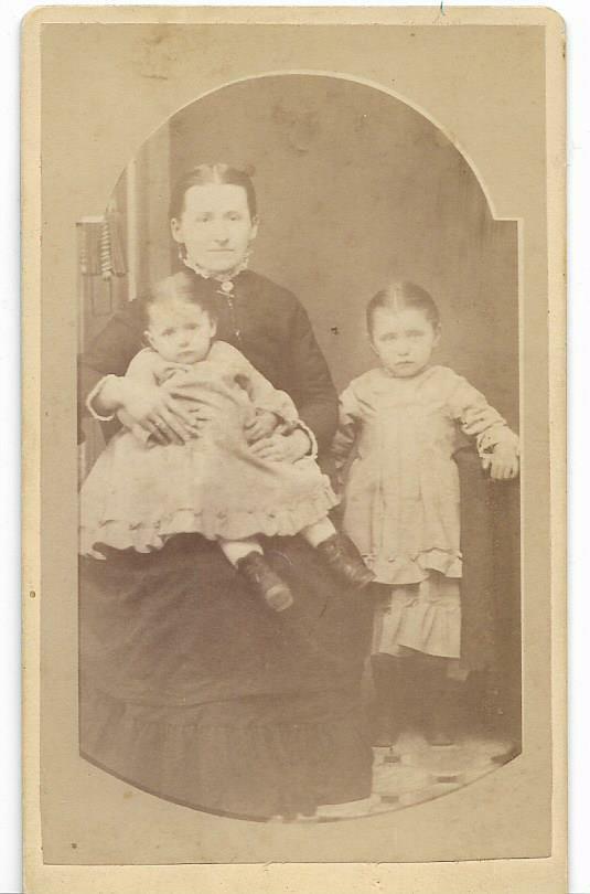 MILWAUKEE WI CIVIL WAR ERA MOTHER AND HER CHILDREN VICTORIAN ANTIQUE CDV PHOTO - $5.99