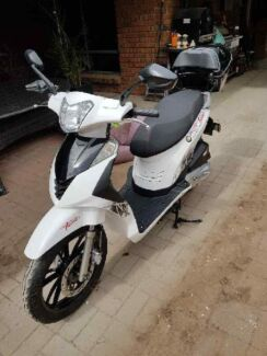 New 2017 White 125cc Scooter and accessories