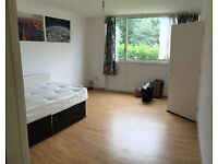 Room for a couple or Two single person, 10min walk to Southfield station ** no extra **