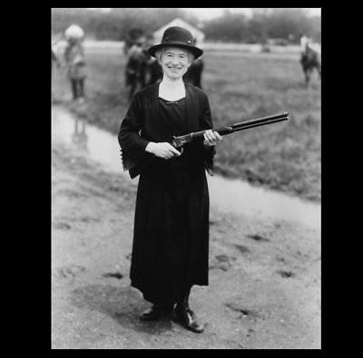 Annie Oakley Holding Rifle PHOTO, Buffalo Bill Wild West Show 1922, RARE (Oakley Images)