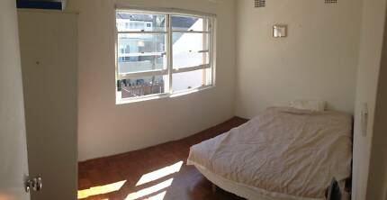 Queen bedroom available in sunny 2BD close to Bronte beach