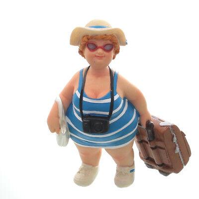 Touristin, stehend, blau / weiß, mit Trolley Hut und Handtasche