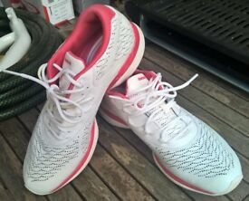 Reebok White / Red Trainers size UK-6 EU-38 US-8 25cm.